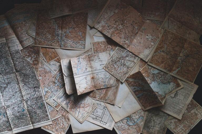 Foto ausgebreiteter Landkarten zum Thema Wissenslandkarte