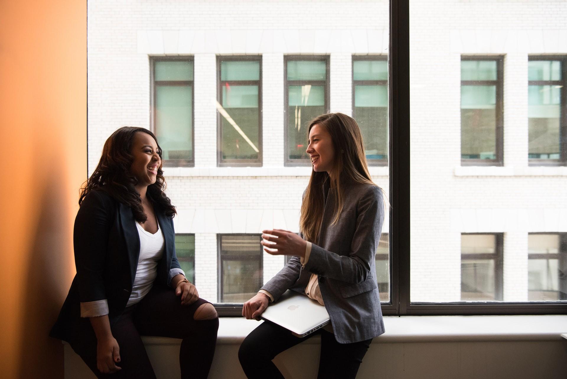 Foto zweier Frauen im Gespräch.